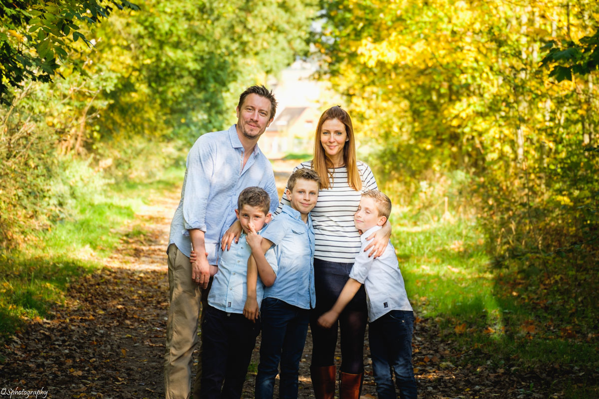 Voilà le résultat d'une séance photo. Une famille souriante et heureuse.