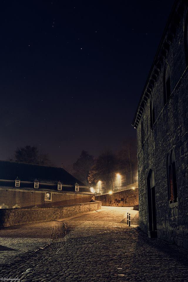 Photographie de nuit dans l'enceinte de l'abbaye de Floreffe