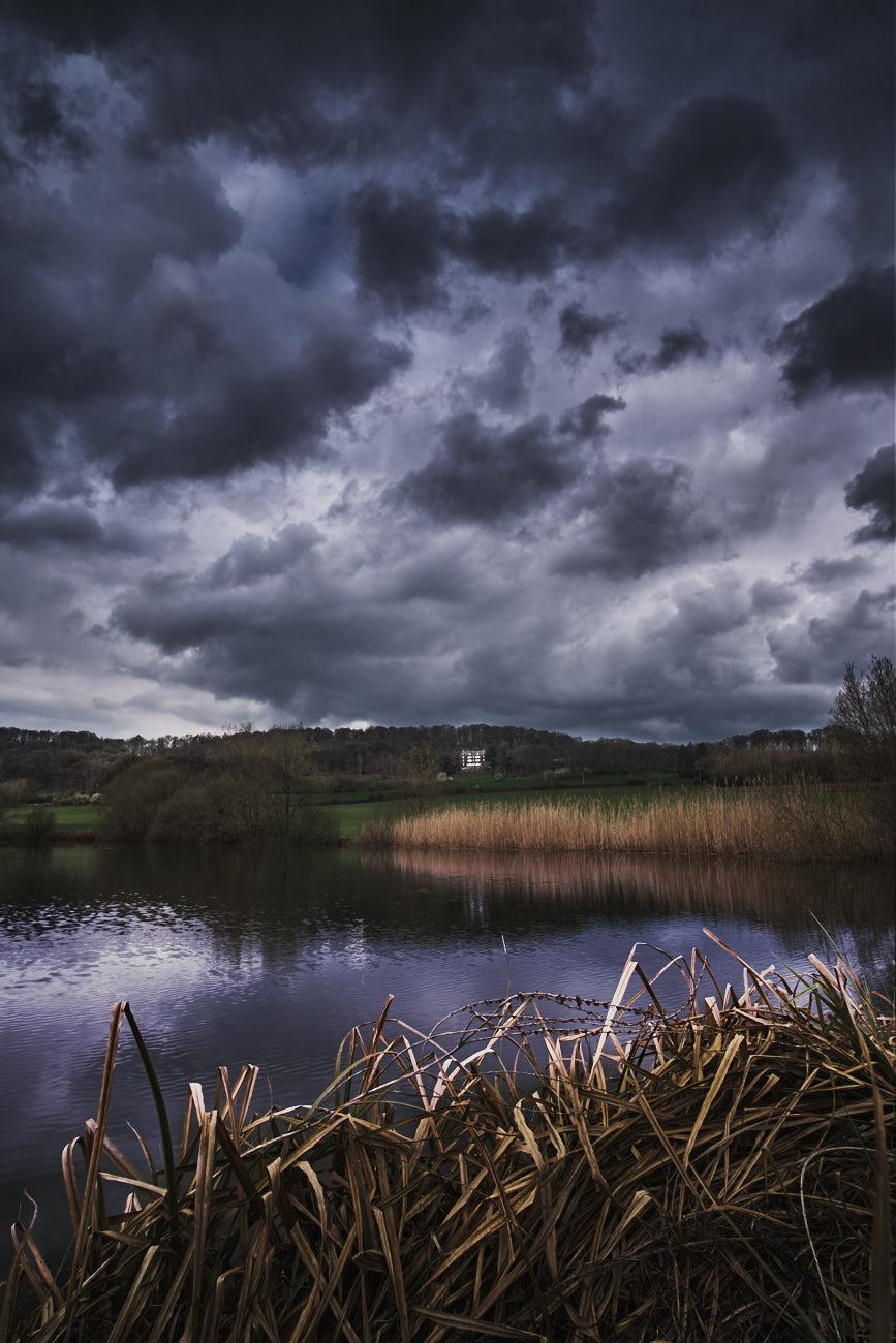 Photographie nature d'un plan d'eau sous un ciel menaçant
