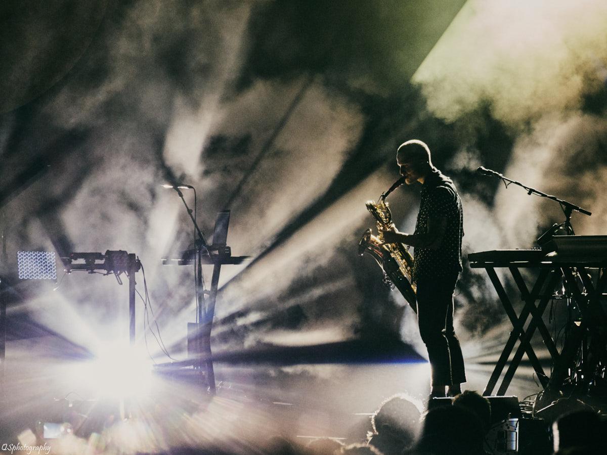 Photographie de concert d'un saxophoniste lors d'une live de Caravane Palace à Esperanzah