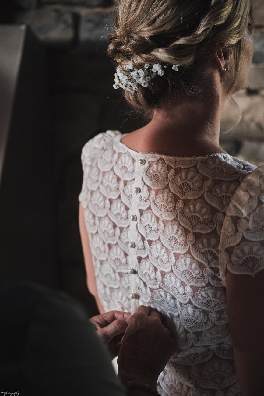 Photo de mariage pendant le suivi des préparatifs de la mariée